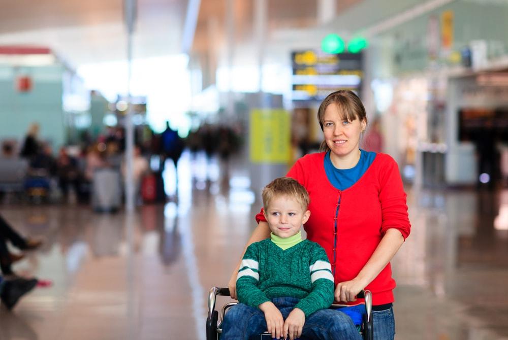 мама с ребенком на вокзале