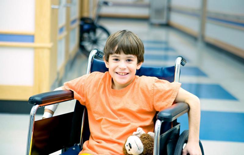 маленький мальчик в инвалидном кресле